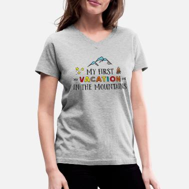Vacationer Funny design for vacationers - Women's V-Neck T-Shirt