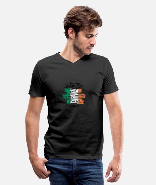 Proud T-Shirts - URLAUB irland ROOTS TRAVEL I M IN Ireland Ennis - Men's V-Neck T-Shirt black