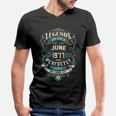 1977 Retro Vintage June 1977 birthday - Men's V-Neck T-Shirt