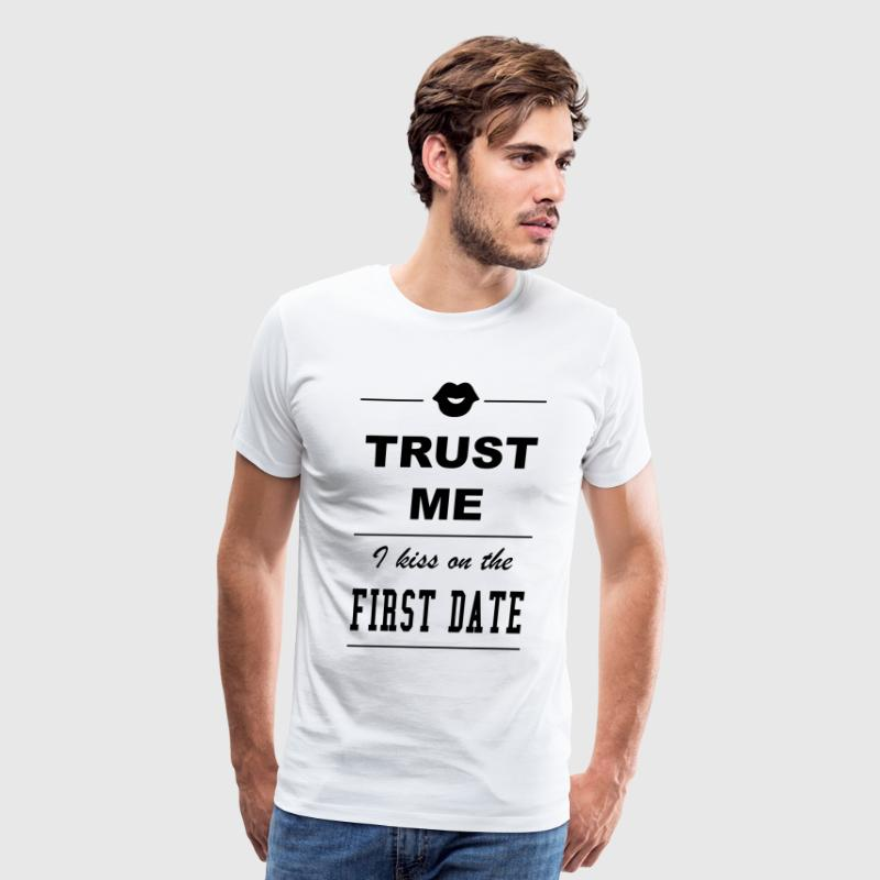 Trust me I kiss on the first date - Men's Premium T-Shirt