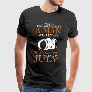 never underestimate a man who loves photography an - Men's Premium T-Shirt