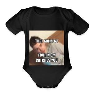 MOM I'M DOING SOMETHING - Short Sleeve Baby Bodysuit
