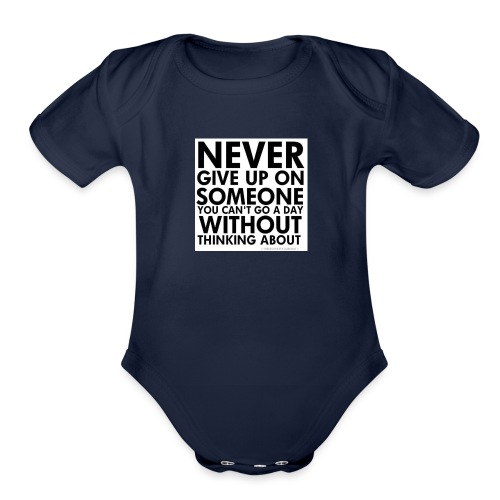 76536 Never give up on love quotes - Organic Short Sleeve Baby Bodysuit