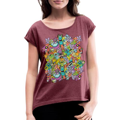 Aliens of the universe posing in a pattern design - Women's Roll Cuff T-Shirt